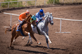 Thanks to firefighters, Sonoita horse races on!