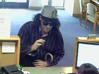 Oro Valley police look for armed bank robber