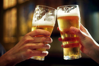 Bar to give free beer if Brewers, Packers win